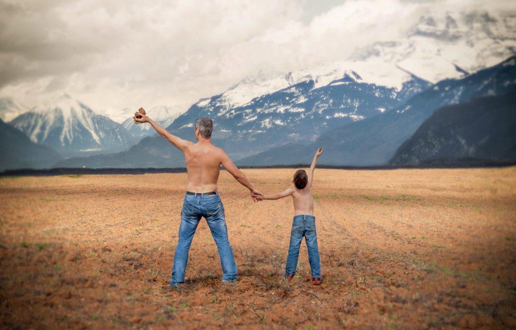 Syn naśladuje ojca - jest tak samo ubrany i robi ten sam gest.