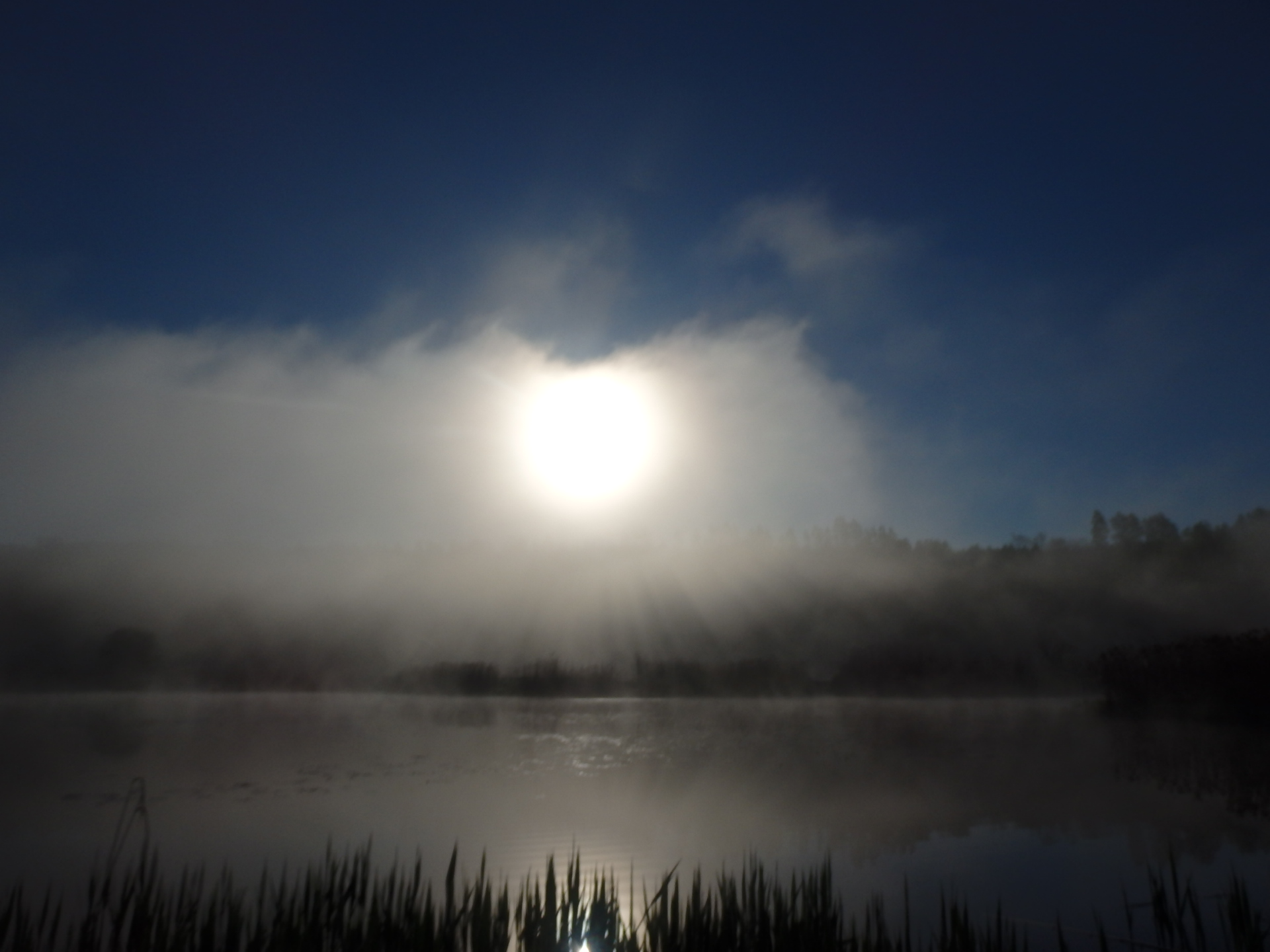 Słońca za mgłą na spływie kajakowym