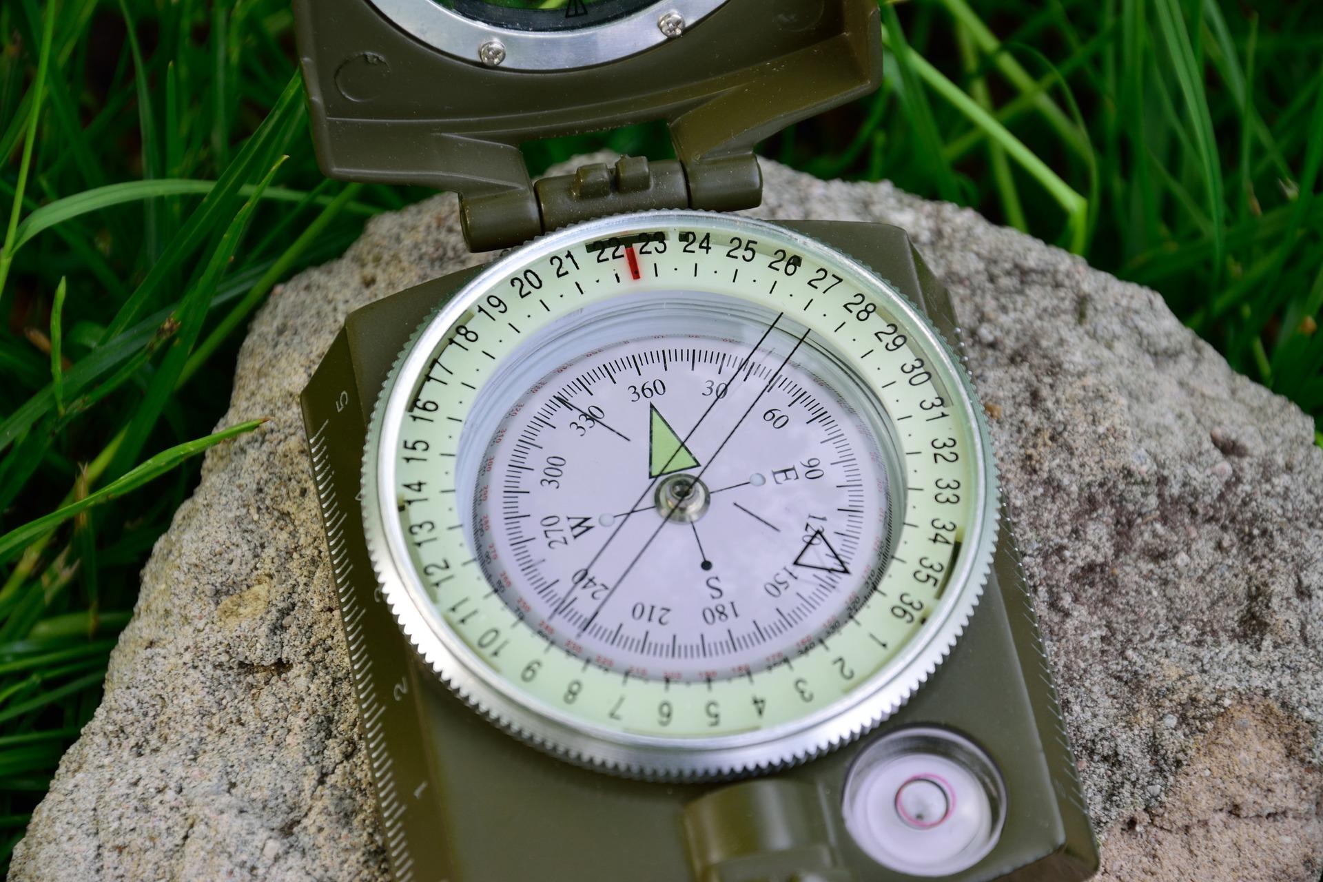 Nauka nawigacji jest jedną z najważniejszych umiejętności z zakresu survivalu i bushcraftu