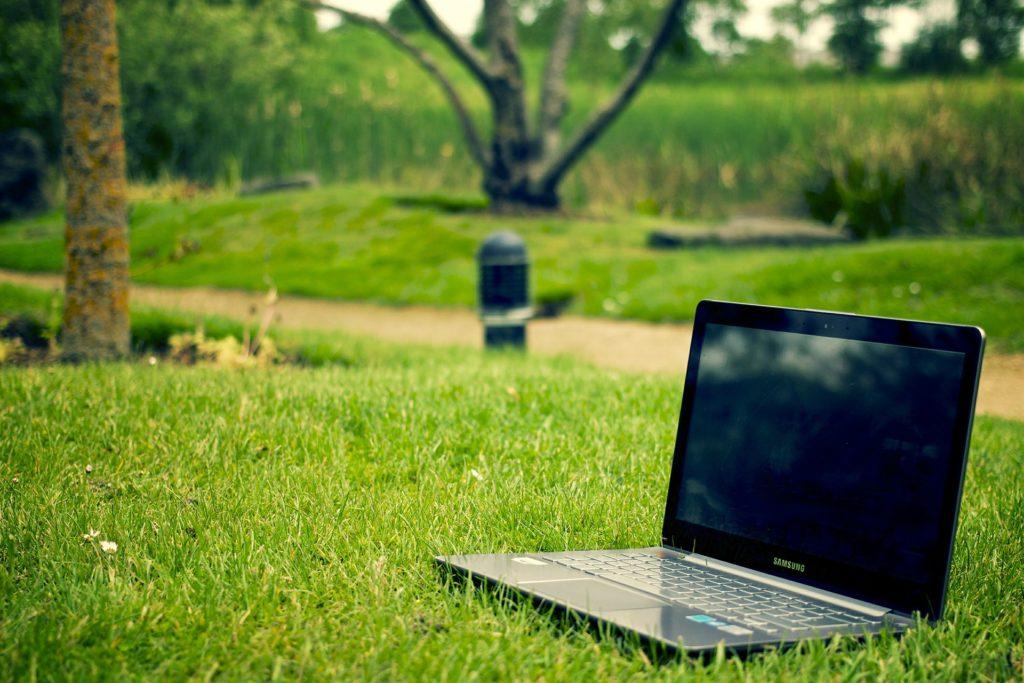 Wyłączony komputer leżący na trawie
