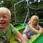 Dzieci cieszące się z zabawy w kajaku