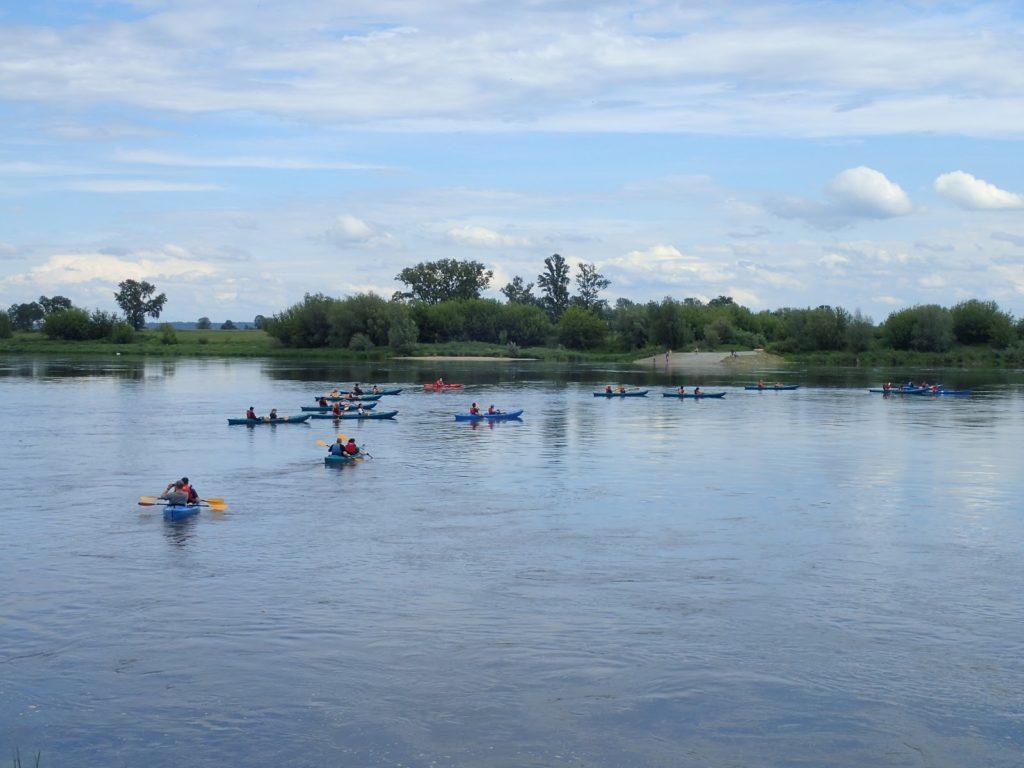 Pływanie po jeziorze jest świetną okazją do wyścigów i innych zabaw